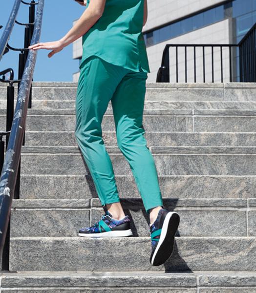 スマートウォーキングシューズを履いて階段を上る人