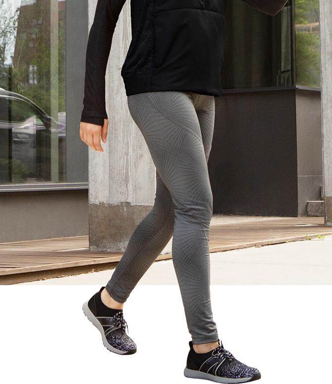 スマートウォーキングシューズを履いて歩いている女性