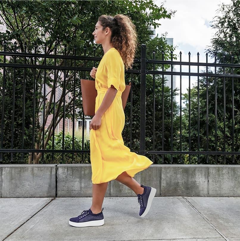 スマートウォーキングシューズを履いて買い物へ行く女性