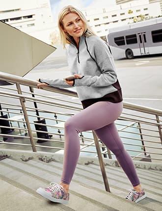 スマートウォーキングシューズを階段を上る女性