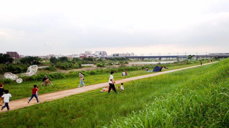 多摩川の川沿いの遊歩道