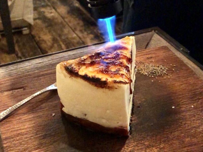 キャラメルを焦がしてくれるウィスキー入りのチーズケーキ