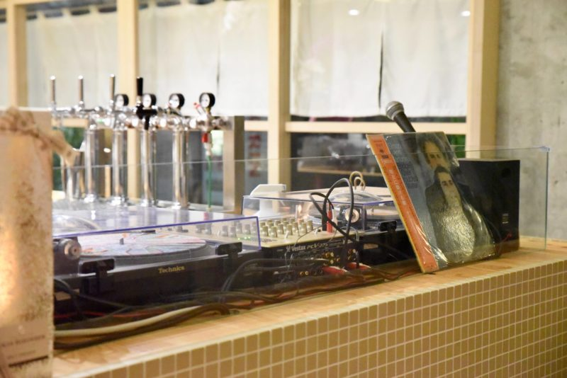 墨田区黄金湯のDJブースを備えた番台バー