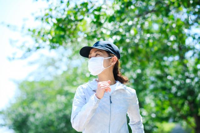 マスクで運動する女性