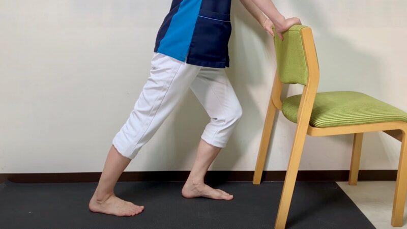 椅子でアキレス腱伸ばす体操