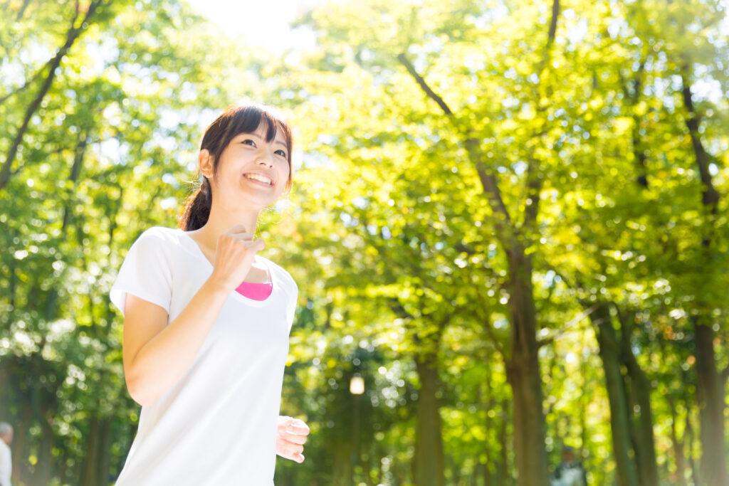 運動するアジア人女性