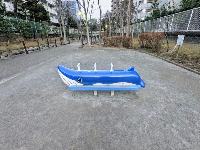 公園クジラモチーフ遊具