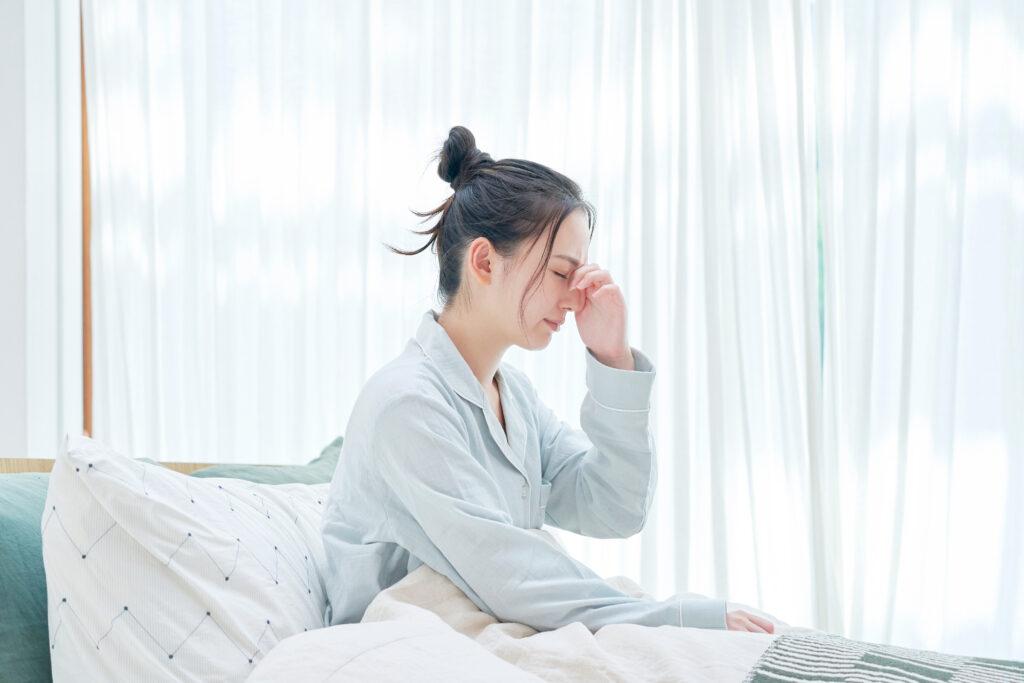 頭痛のアジア人女性